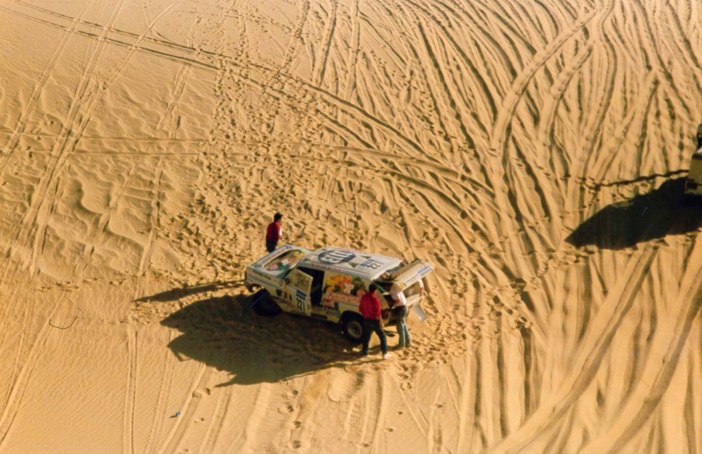 Range Rover après le crash, photo du haut de la dune - 1989 - Paris Dakar